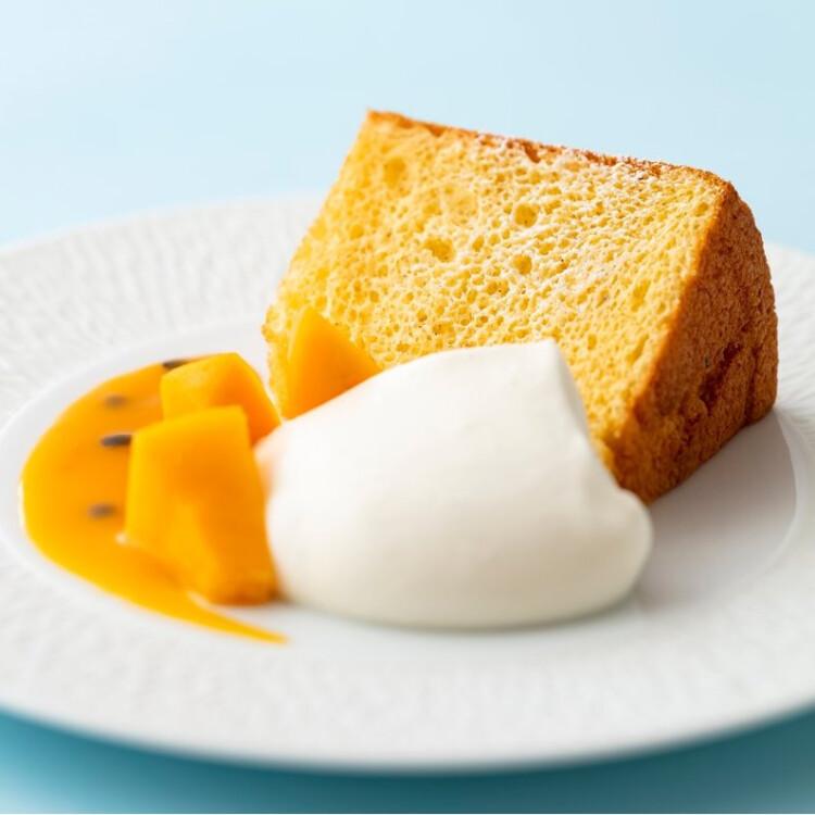 シフォンケーキ~ココナッツとヨーグルトの生クリームに完熟マンゴーを添えて~ 2680円(税込)